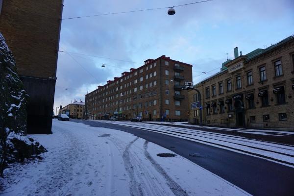 街道被鋪上薄雪