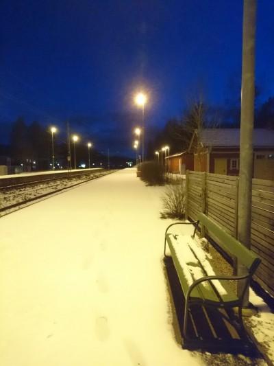 晚上車站空無一人等車,似乎只有我們是這樣來滑雪