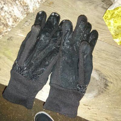 跌跌踫踫弄得滿手積雪,入黑後的低溫就將手套轉化成冰磚,