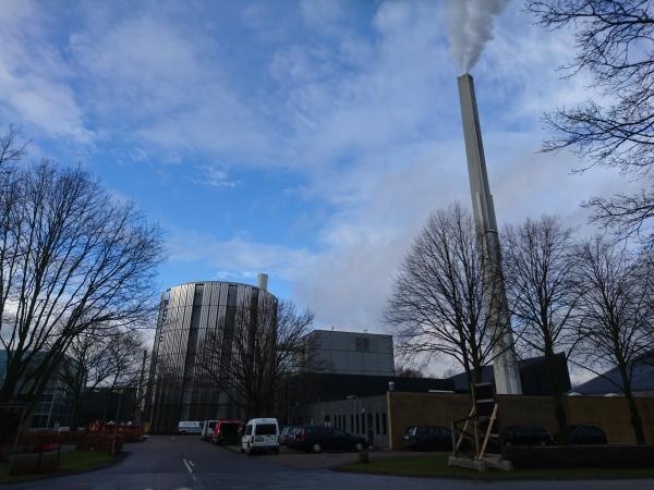校內最誇張的是這座疑似自家發電廠,無時無刻都在噴著白煙
