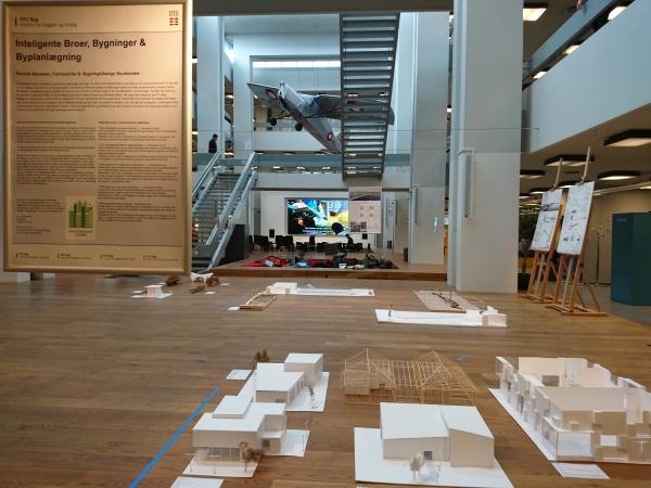 一進圖書館中心有個展覽場地,是吸引人駐留欣賞的上佳地點