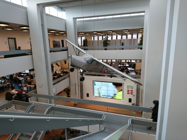 圖書館內還有一部飛機懸掛在半空,非常特別