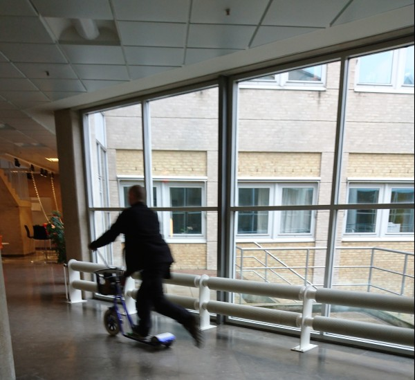 滑板車是校內教職員的主要交通公具