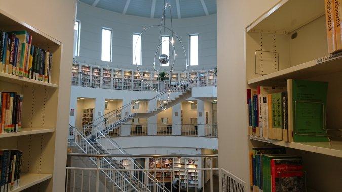 這邊的圖書館雖然沒有掛著飛機,也掛有這個精緻的裝飾