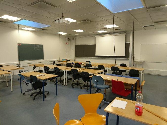 上wireless electronic的課室,除拖板外亦有幾個switch供接駁網絡用