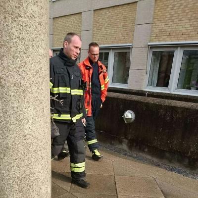 看著消防員從容走出來,這次應該不是演習就是誤嗚吧!